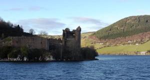 Vue du Loch Ness en Ecosse et des ruines du château d'Urquhart. © Escapades Celtiques