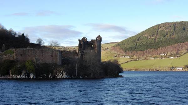 Le lac du loch Ness et les ruines du château d'Urquhart